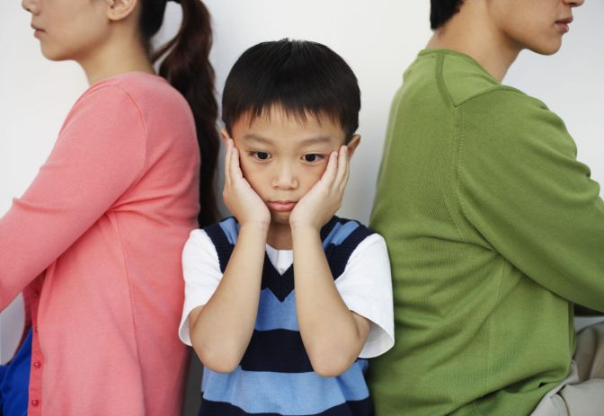 زوجي يعاقب أطفالي دائمًا بالضرب.. ماذا أفعل؟